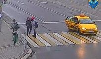 Un homme vient aider deux jeunes qui se font attaquer injustement en pleine rue