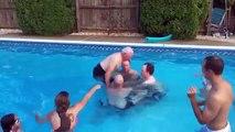 Un grand père fait un salto arrière dans une piscine!