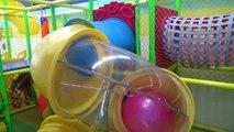 Interior patio de recreo familia divertido jugar zona Aprender colores con Policía Niños y educativo juguetes