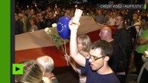 Varsovie : un grand drapeau polonais déployé devant le parlement contre les réformes judiciaires