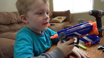 Et garçons fou armes à feu lézard pistes prendre le le le le la jouet contre sauvage avec nerf action nerf gu