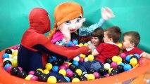 Des balles pour drôle des jeux enfants jouer Cour de récréation salle de jeux avec Chi centre du bébé