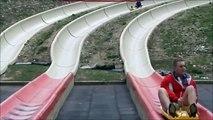 Un homme fait un flip lors d'une descente en luge d'été !! LOL