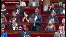 Les Insoumis amènent 5 euros de courses à l'Assemblée Nationale pour protester contre la baisse des APL