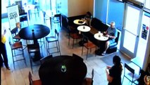 L'intervention d'un client dans un Starbucks contre un voleur armé !