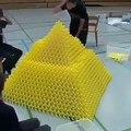 Il fait une boulette en plaçant l'une des dernières pièces d'une pyramide de dominos