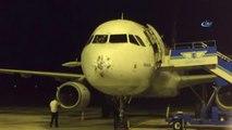 İstanbul'da Dolu Yağışı Uçağın Camını Kırdı... Uçak Çanakkale'ye Acil İniş Yaptı