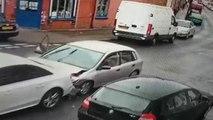 Les passagers d'une voiture prennent la fuite après un accident