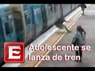 Graban a chico saltando de un tren en movimiento