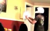 Il tente d'attraper une énorme araignée collée au mur mais ça tourne mal !