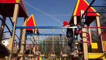 Et carrousel enfants enfants sur autres Cour de récréation en jouant faire glisser le le le le la jouets avec