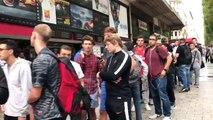 La file d'attente devant la boutique du PSG des Champs-Elysées pour obtenir un maillot de Neymar...
