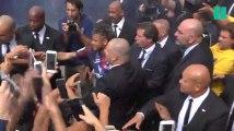 Les images impressionnantes du bain de foule de Neymar, au milieu des supporters du PSG
