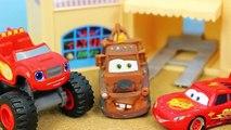 Et gros flamber des voitures Corne les machines monstre course course recruter le le le le la un camion avec Starla disney