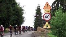 Adrénaline - Tous sports : Le backflip de Szymon Godziek au-dessus du peloton du Tour de Pologne