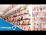 Hombre muestra su colección de más de 6 mil Barbies