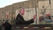 Cisgiordania, due graffiti contro Trump sul muro di separazione