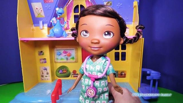 Una y una en un tiene una un en y y dentista conjunto cargado juguete vídeo Doc mcstuffins disney doc mcstuffins doc mcstuffins revie
