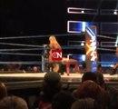 Lana expose les fesses de Charlotte Flair à la foule !