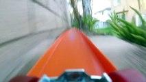 Caméra embarquée sur un circuit de petites voitures de courses Hot Wheels
