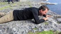 Souffrant de vertige il rampe pour accéder au bord de la falaise