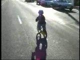 Loulou fait du vélo sans roulettes