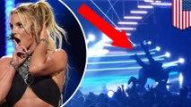 Penggemar gila Britney Spears salto di atas panggung saat Konser Britney di Vegas - TomoNews