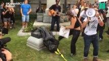 Après Charlottesville, des manifestants anti-racistes détruisent une statue confédérée