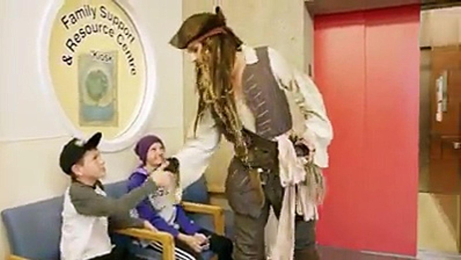 Johnny Depp surprend les enfants à l'hôpital habillé en pirate Jack Sparrow