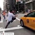 Ce taré roule en roue arrière en plein New York et risque sa vie et celle des passants