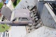 Une voiture littéralement avalée par une broyeuse de casse.. impressionnant !