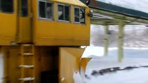 Incroyable puissant Plateau de neige Train Blower à travers les chemins de fer Deep Snow Full Extreme HD Compilation