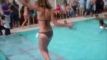 Cette top model va avoir la honte de sa vie en défilant au dessus d'une piscine...