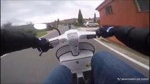Un motard ridiculisé par un jeune en scooter