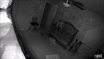 Ils surprennent leur bébé debout en équilibre sur la barrière de son lit