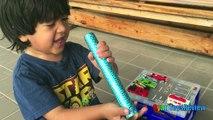 Y persecución huevo familia divertido en patrulla pata patio de recreo recreo sorpresa el juguete con Thomas es