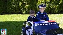 Biscuits enfant flics mettant en vedette officier et le flic avec affamé et