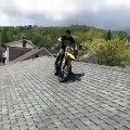 Il saute du toit de chez ses parents avec sa motocross
