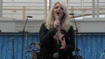 """Bonnie Tyler chante """"Total Eclipse of the Heart"""" pendant l'éclipse solaire"""