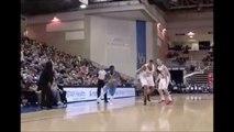 Ce basketteur passe entre les jambes de son adversaire