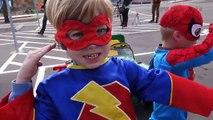 Voiture ponton enfant sur course course balade homme araignée super-héros
