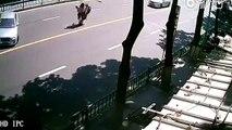 Un scooteriste fait un soleil pour éviter un accident et continue à ne pas avoir de chance !
