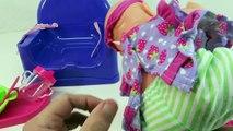 Bébé changer en changeant couche poupée boisson alimentation matin renaître vidéo humide Routine pla
