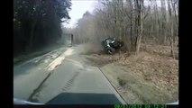Un chauffard en camion double n'importe comment et détruit un tracteur