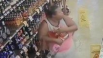 Elle vole plusieurs bouteilles d'alcool dans son sac au supermarché !!