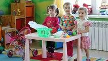 Dans le Jeu terrain-jeu de rôle bolnichku médecin de jeux pour les filles et les mères