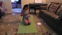 Abdos à maison maison fille domicile maison joli déchirure faire des exercices Jeune déchirure abdominale en