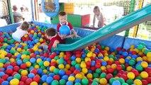 Apprendre les couleurs pour enfants enfants les tout-petits Cour de récréation balle fosse Voir létablissement pour enfants apprentissage à