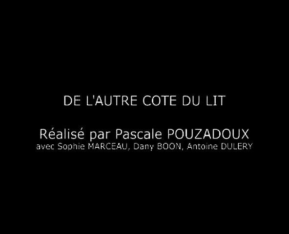 De l'autre côté du lit (2008) FRENCH FILM XviD.AC3 (480p_25fps_H264-128kbit_AAC)