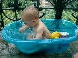 Mois 10, l'éclate dans ma mini piscine